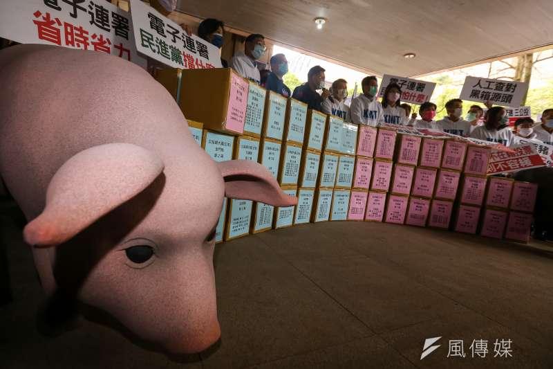 國民黨將反萊豬、公投綁大選兩項公投案連署書送件至中選會。(顏麟宇攝)