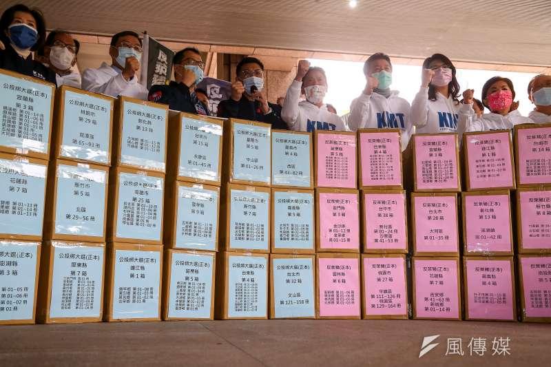 20210309-國民黨主席江啟臣(左五)、國民黨立委林為洲(右五)9日將反萊豬、公投綁大選兩項公投案送件至中選會。(顏麟宇攝)