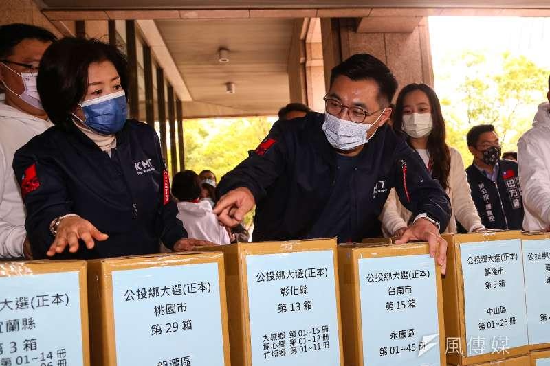 20210309-國民黨主席江啟臣(中)9日將反萊豬、公投綁大選兩項公投案送件至中選會。(顏麟宇攝)