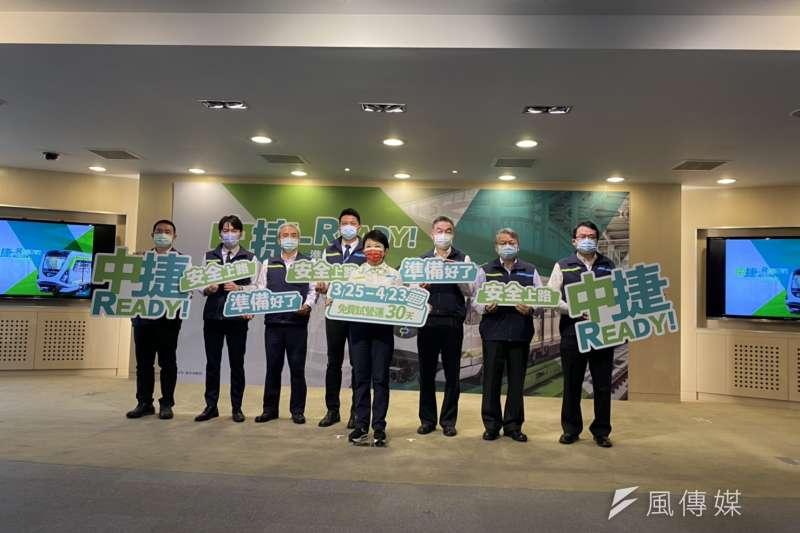 台中市長盧秀燕率交通局等相關單位宣布,台中捷運第綠線4/25號正式通車。(圖/王秀禾)