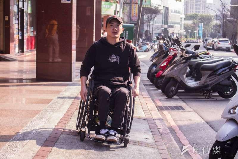 20210311-「椅人」YouTuber LEO專訪,並說明輪椅人行動上的不便處。(蔡親傑攝)