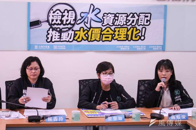 民眾黨立院黨團舉行「檢視水資源分配,推動水價合理化」記者會,左起立委賴香伶、蔡壁如、高虹安。(蔡親傑攝)