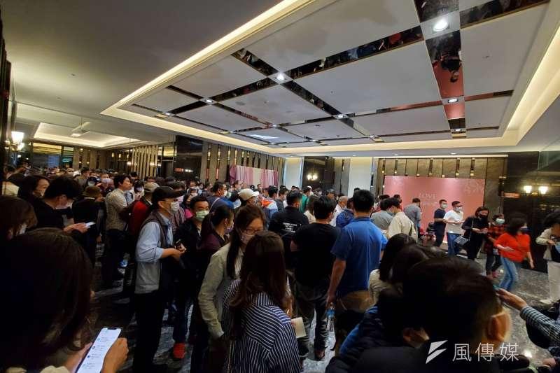 台南高鐵特區預售屋「遠雄明日讚」日前現場千人搶買房照片流出。(圖片來源:台南高鐵房市大小事LINE社群)