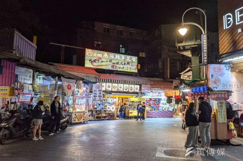 曾為觀光客必去的士林夜市,如今生意慘澹,商家也紛紛出走,台灣夜市的沒落究竟該如何解?(圖,資料照/洪煜勛攝)