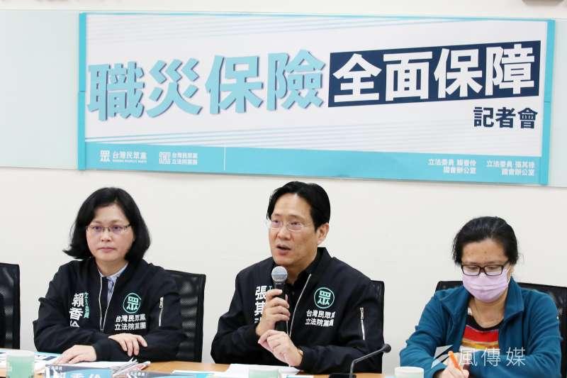台灣民眾黨立法院黨團16日舉行「職災保險全面保障」記者會,立委賴香伶(左一)及張其祿(左二)出席。(柯承惠攝)