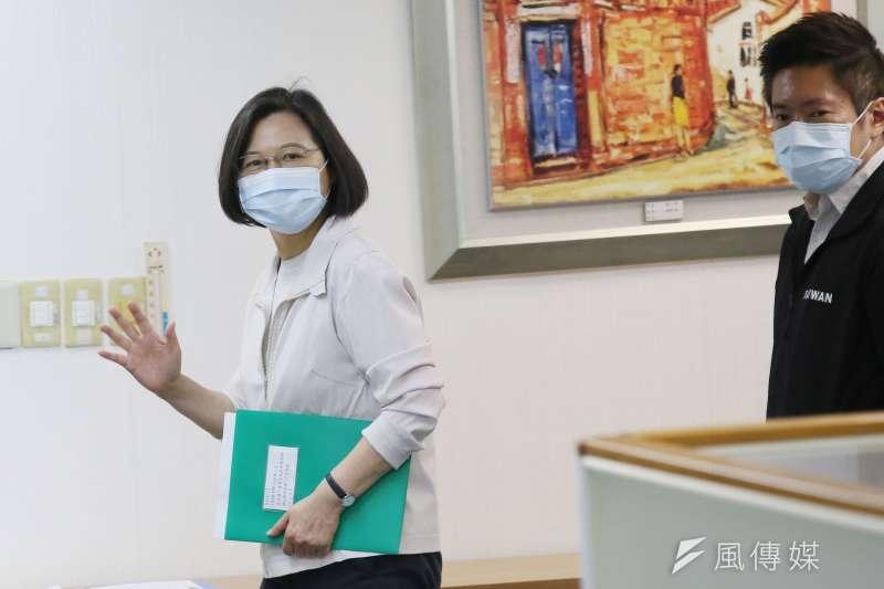 蔡英文17日在民進黨中常會,嚴詞批判中國片面修改香港選制。(柯承惠攝)