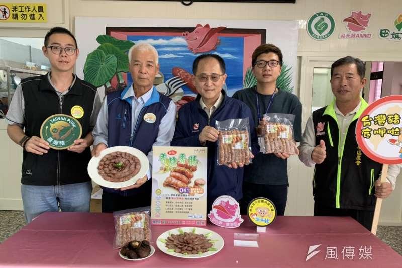 大安區農會蔡總幹事主持香菇香腸新產品試吃發表。(圖/王秀禾)