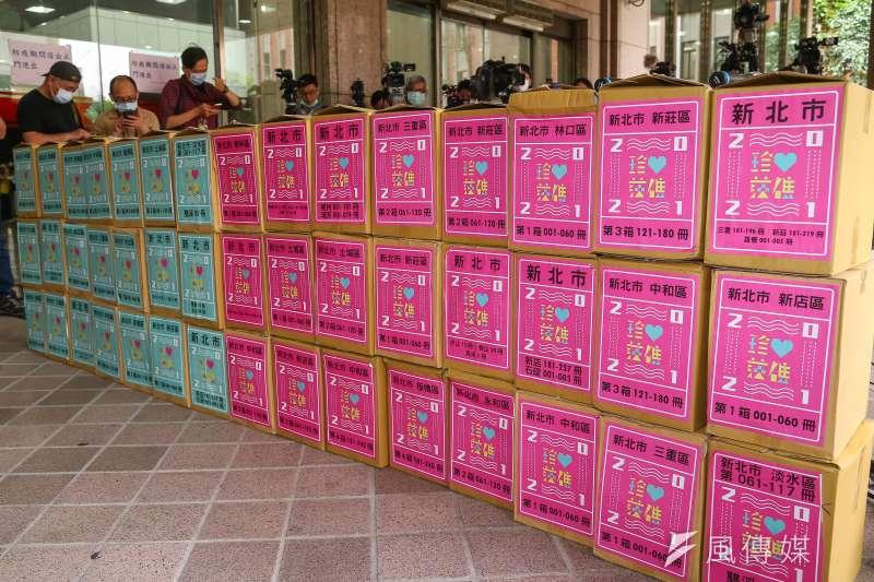珍愛藻礁公投連署小組18日至中選會送交70萬份連署書。(顏麟宇攝)