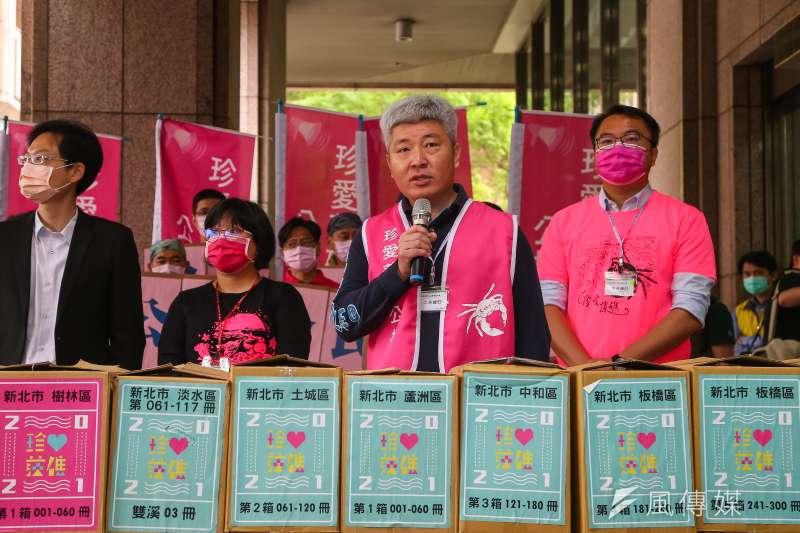 作者認為藻礁公投若通過對台灣危害最巨。珍愛藻礁公投連署小組ˊ至中選會送交70萬份連署書。(顏麟宇攝)