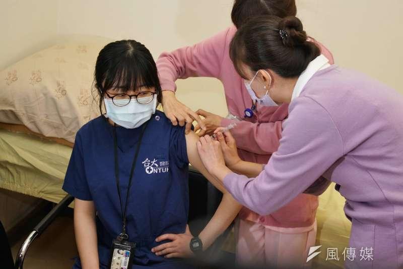中央流行疫情指揮中心發言人莊人祥指出,目前已累計5169人接種疫苗,當中新增5件不良反應。示意圖,與新聞個案無關。(資料照,盧逸峰攝)