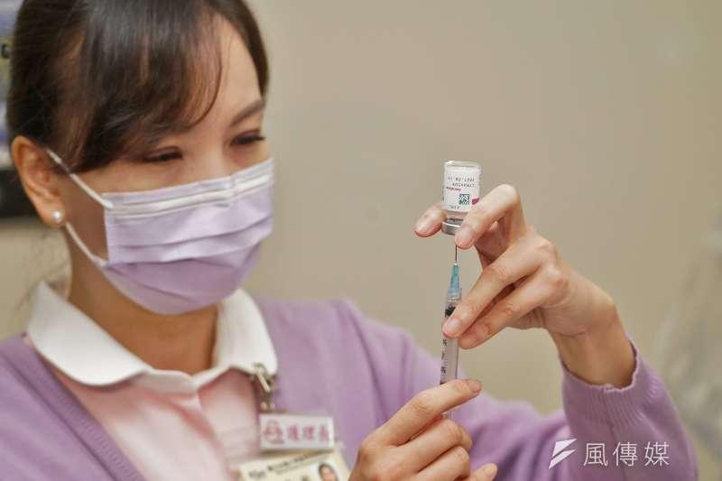中央流行疫情指揮中心表示將開放1萬劑AZ疫苗供民眾自費接種 。(資料照,盧逸峰攝)
