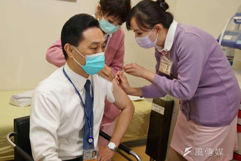 AZ疫苗近期開打,截至14日為止,已有2萬8465人施打完畢。(資料照,盧逸峰攝)