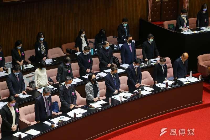 行政院長蘇貞昌在立法院備詢時,率閣員為F5-E失事默哀一分鐘。(顏麟宇攝)