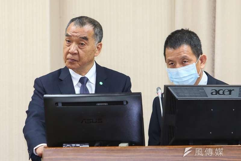 空軍參謀長黃志偉中將(右)證實,停飛的F-5型機,會在4月第1周開始復飛,「由資深飛官飛雙座機執行。」(顏麟宇攝)