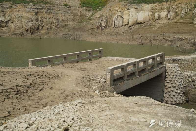 台灣遭逢嚴重旱災,苗栗永和山水庫蓄水量見底,淹沒在水庫中40年的永安古橋也隨之重見天日。(資料照,盧逸峰攝)