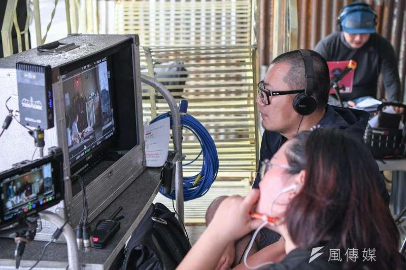 馬來西亞導演張吉安以《南巫》一舉拿下金馬新導演獎,更受國際許多獎項肯定,但事實上該片在馬來西亞卻一度受電檢局開鍘,更因疫情無法上映。圖為張吉安《南巫》拍攝工作照。(傳影提供)