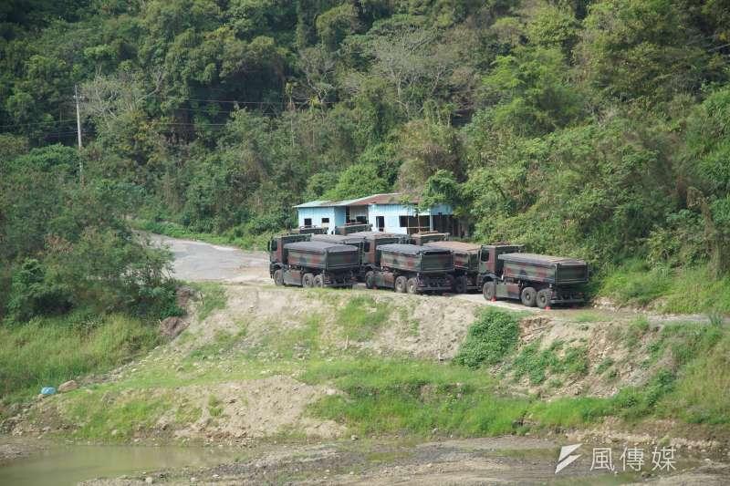 農委會農田水利署近期已開始加強明德水庫清淤作業,國軍六軍團也進駐協助。(盧逸峰攝)