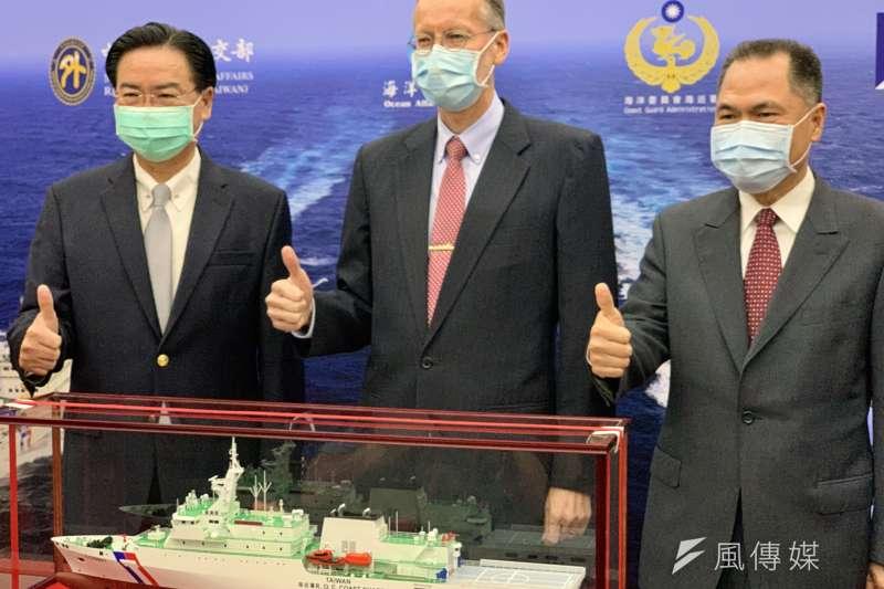 由左而右為台灣外交部長吳釗燮、美國在台協會台北辦事處處長酈英傑、台灣海巡署長周美伍(簡恒宇攝)