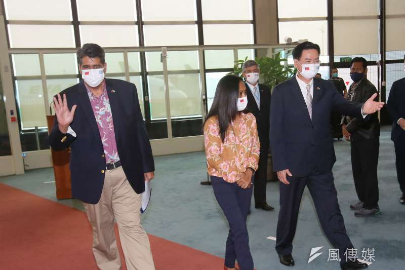 帛琉總統惠恕仁(左一)28日抵台訪問,外交部長吳釗燮(右一)代表政府到中正機場接機。(柯承惠攝)