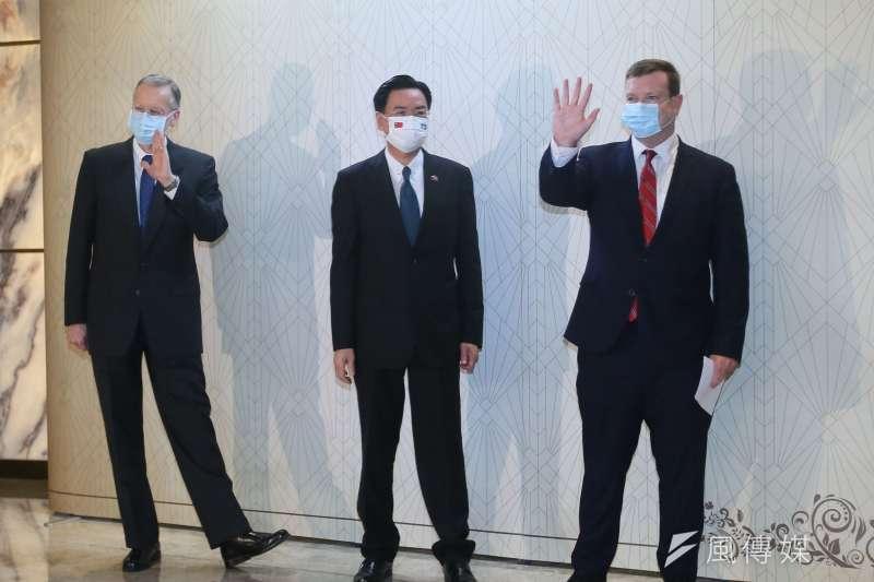 美國駐帛琉大使隨帛琉總統訪台,就是拜登政府打的「擦邊球」。圖為外交部長吳釗燮(中)、美國駐帛琉大使倪約翰(John Hennessey-Niland)(右)及美國在台協會處長酈英傑(左)30日聯䄃發表談話。(柯承惠攝)
