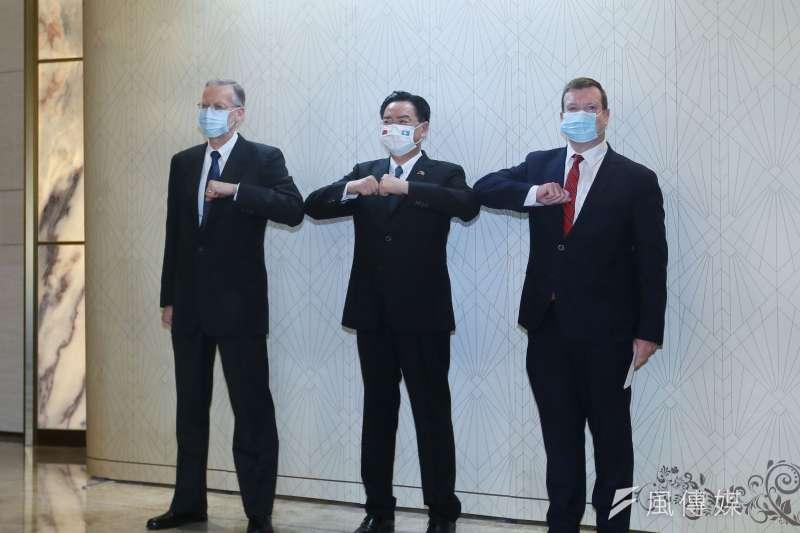 20210330-外交部長吳釗燮(中)、美國駐帛琉大使倪約翰(John Hennessey-Niland)(右)及美國在台協會處長酈英傑(左)30日聯䄃發表談話。(柯承惠攝)