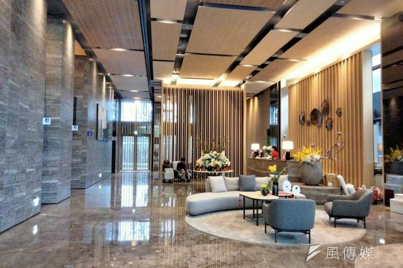 興富發大禾公設規格比照飯店,迎賓大廳擁有挑高5米2的明亮寬敞空間。(林喬慧攝)
