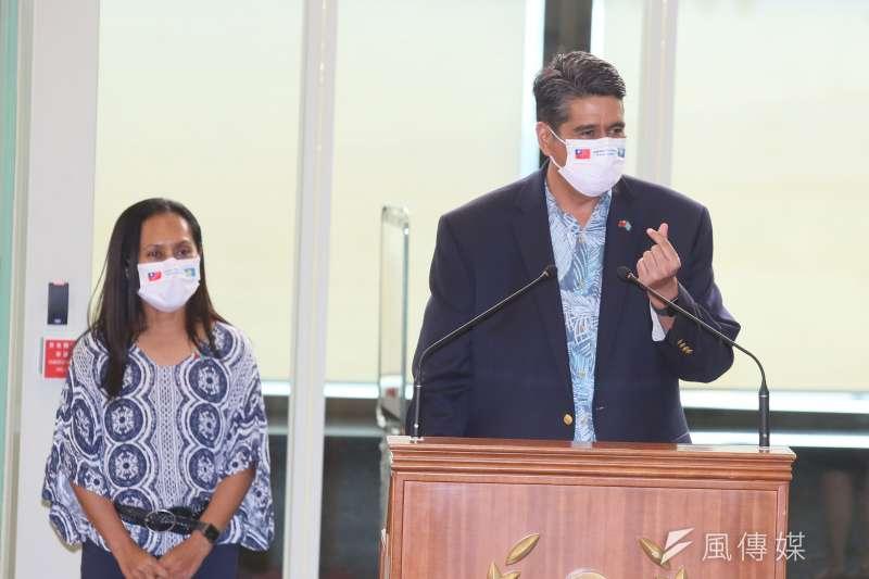 20210401-帛琉總統惠恕仁(Surangel Whipps Jr.)(右)1日離台,他在桃園機場發表談話。(柯承惠攝)