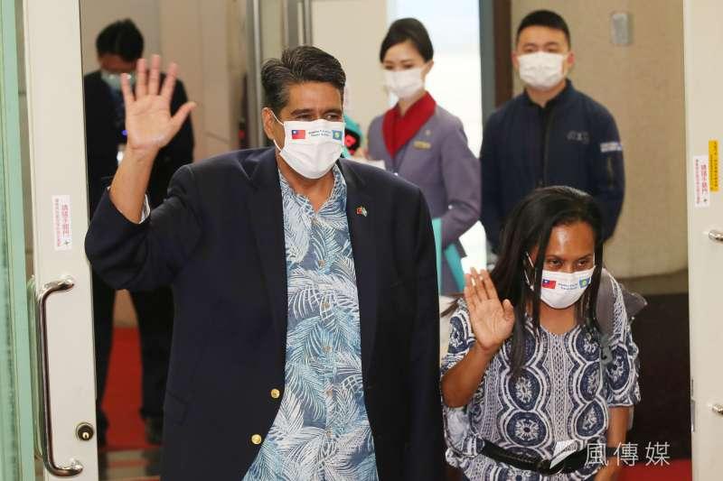 2021年4月1日,帛琉總統惠恕仁(Surangel Whipps Jr.)夫婦搭乘「旅遊泡泡」首航班機離台。(柯承惠攝)