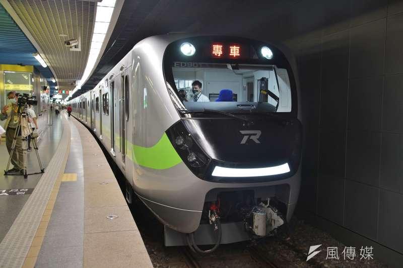 台鐵EMU900區間車1日首航,車廂更為寬敞,盼能在清明連假加入疏運任務。(盧逸峰攝)