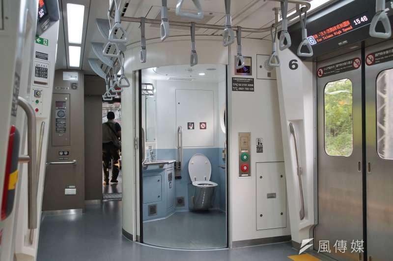20210401-台鐵EMU900區間車1日首航,車廂內有寬敞的無障礙廁所。(盧逸峰攝)