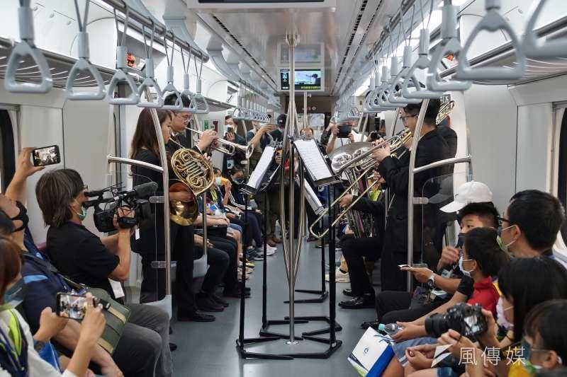 20210401-台鐵EMU900區間車1日首航,車內空間寬敞,連音樂表演也不成問題。(盧逸峰攝)