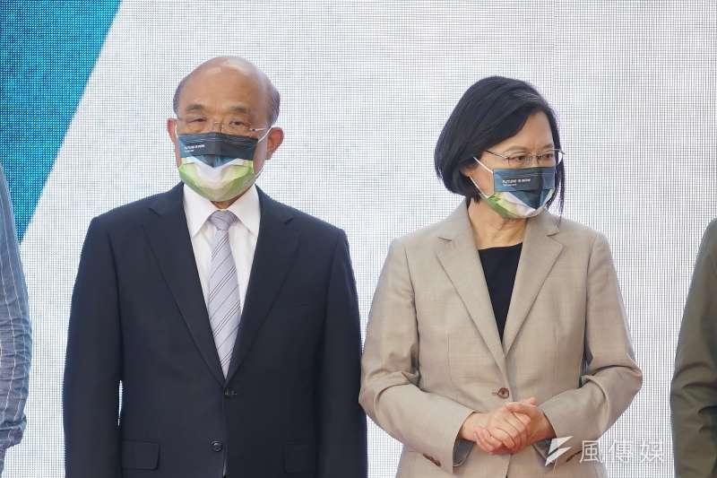 資深媒體人黃光芹表示,行政院長蘇貞昌(左)的權力來自總統蔡英文(右),但「畢竟總統是民選的,而你不是!」(資料照,盧逸峰攝)