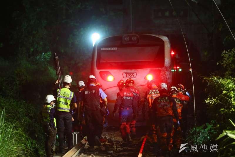 台鐵太魯閣號出軌事故死傷慘重。除縣市消防隊趕赴救援,紅十字會救災隊也率員趕抵現場投入救援。(顏麟宇攝)