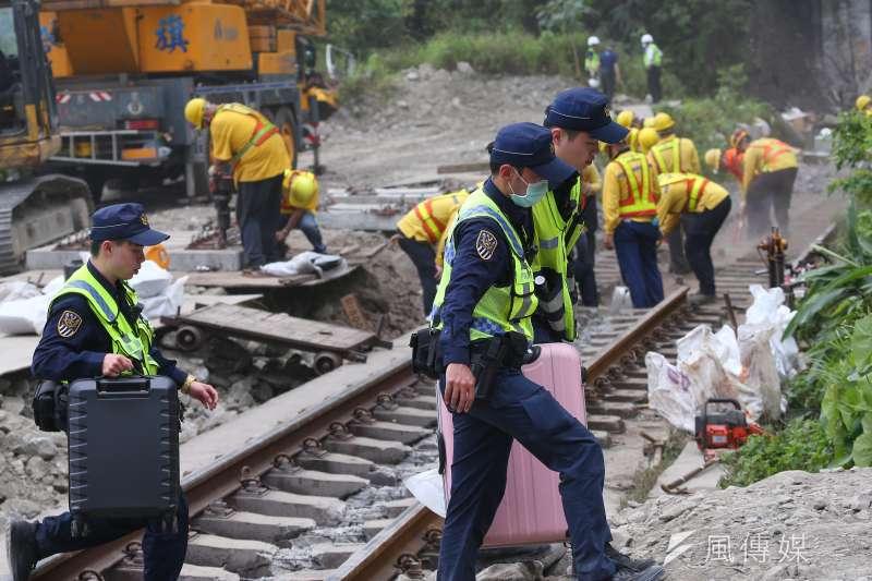 20210403-台鐵太魯閣號列車事故,乘客行李。(顏麟宇攝)