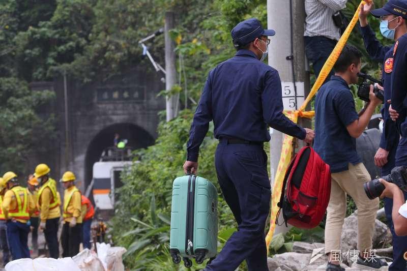 台鐵太魯閣號列車事故,乘客行李遺留在現場。(顏麟宇攝)