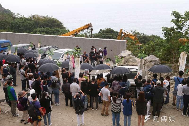20210403-台鐵太魯閣號列車事故,罹難者家屬至事故現場招魂。(顏麟宇攝)