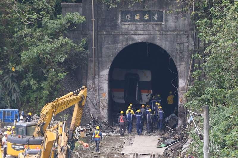 台鐵太魯閣號列車事故,台鐵工程人員於隧道口施工欲將列車拖出。(顏麟宇攝)