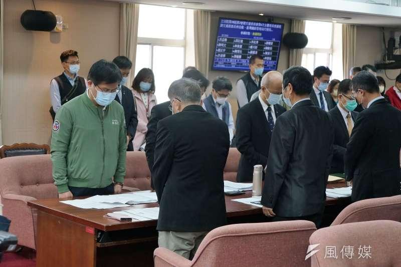 交通部長林佳龍7日赴立法院交通委員會備詢,向太魯閣號事故死傷者默哀致意。(盧逸峰攝)