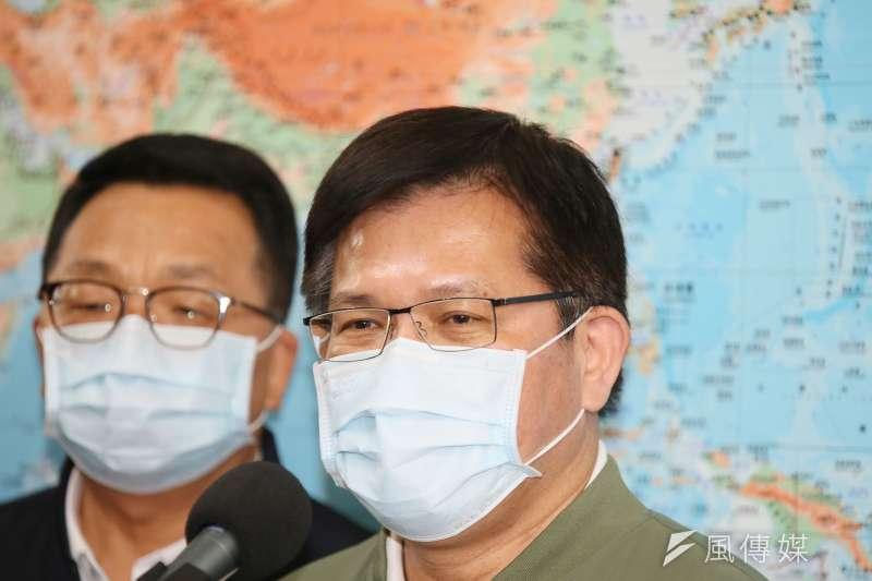 交通部長林佳龍(右)7日至立法院交通委員會就台鐵路太魯閣號事故進行報告,會前他受訪數度致歉。(柯承惠攝)
