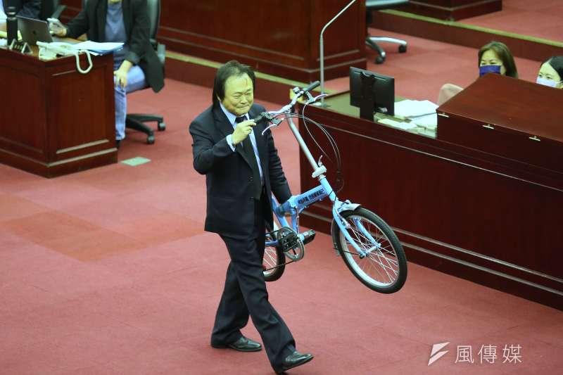 台北市議員王世堅(左)8日在北市議會質詢時,贈送一台腳踏車送給台北市長柯文哲。(資料照,柯承惠攝)