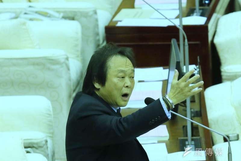 台北市議員王世堅27日在警政衛生委員會上怒轟,若警方和黑衣人握手和解的話,「那市警局大門可以拉下來了!」(資料照,柯承惠攝)