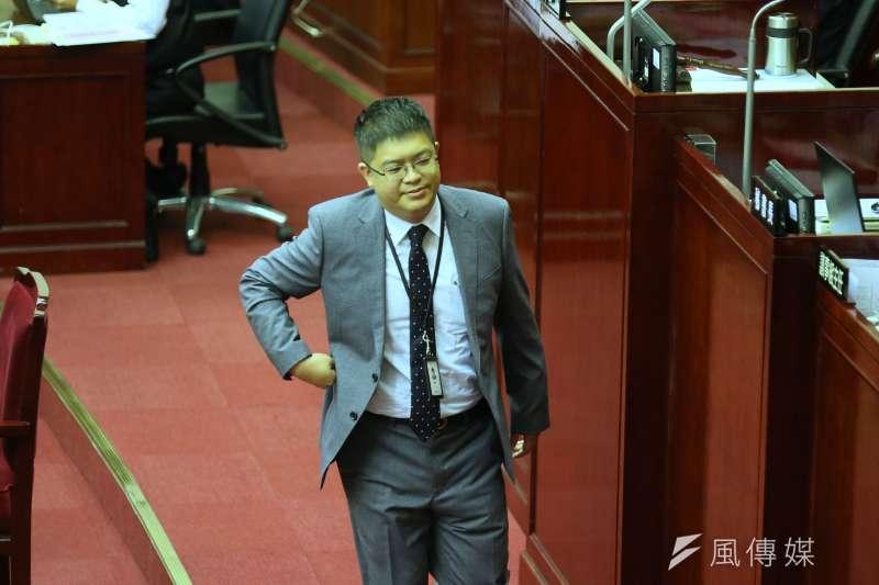 邱昱凱升任悠遊卡公司總經理引發外界質疑,圖為其至台北市議會備詢。(柯承惠攝)