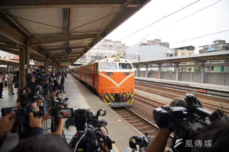 台鐵全線列車於8日上午9時28分鳴笛悼念太魯閣號事故,圖為莒光號鳴笛8日上午於樹林車站鳴笛。(盧逸峰攝)