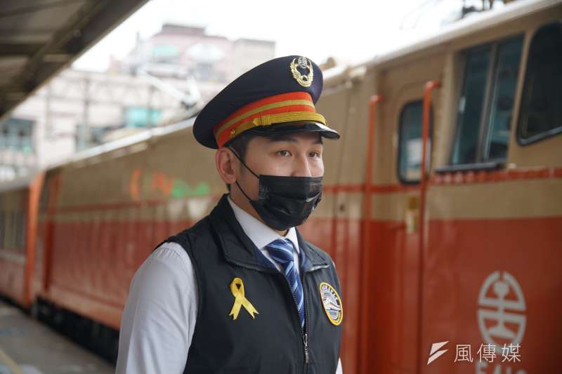 20210408-台鐵全線列車於8日上午9點28分鳴笛悼念太魯閣號事故,火聯會台北分會會長張伸維受訪。(盧逸峰攝)