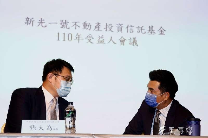 新光一號(R1)受益人大會,主席林超驊與信託公會組長討論(圖片來源:風傳媒攝影)