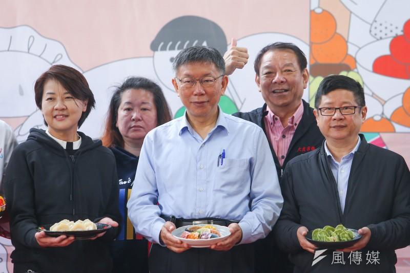 台北市長柯文哲(中)再嗆中央,在公宅政策上,一件事都沒做,圖為柯文哲10日出席2021台北傳統市場節。(顏麟宇攝)