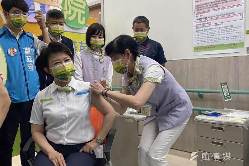 台中市長盧秀燕12號上午九點,前往署立台中醫院完成接種COVID-19疫苗。(圖/王秀禾)