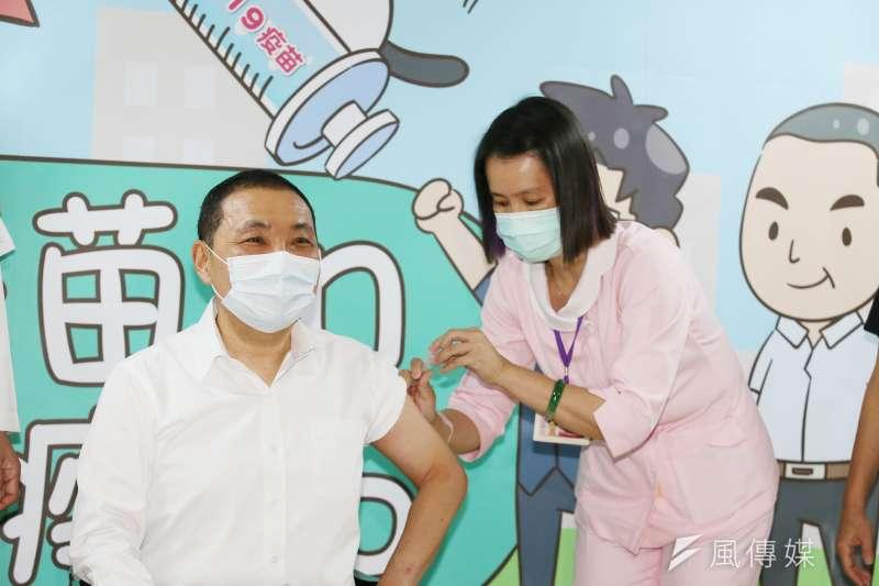 新北市長侯友宜12日至新北市立聯合醫院三重院區施打COVID-19疫苗。(柯承惠攝)