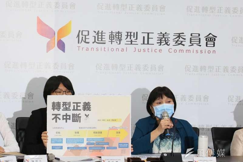 促轉會12日舉行「促進轉型正義委員會延任案決議結果說明」記者會,促轉會主委楊翠(右)及副主委葉虹靈(左)等委員出席。(柯承惠攝)