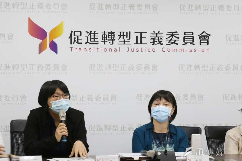 20210412-促轉會12日舉行「促進轉型正義委員會延任案決議結果說明」記者會,促轉會主委楊翠(右)及副主委葉虹靈(左)等委員出席。(柯承惠攝)
